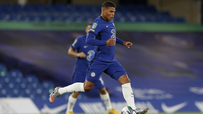 LONDON, ENGLAND - SEPTEMBER 23: Thiago Silva of Chelsea runs with the ball during the Carabao Cup third round match between Chelsea and Barnsley at Stamford Bridge on September 23, 2020 in London, England. Football Stadiums around United Kingdom remain empty due to the Coronavirus Pandemic as Government social distancing laws prohibit fans inside venues resulting in fixtures being played behind closed doors. (Photo by Alastair Grant - Pool/Getty Images)