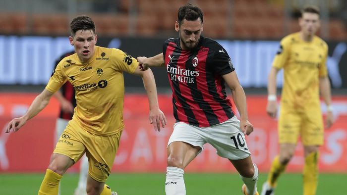 MILAN, ITALY - SEPTEMBER 24:  Hakan Calhanoglu of AC Milan scores his goal during the UEFA Europa League third qualifying round match between AC Milan and Bodo Glimt at Stadio Giuseppe Meazza on September 24, 2020 in Milan, Italy.  (Photo by Emilio Andreoli/Getty Images)