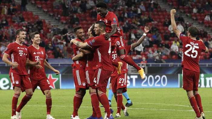 BUDAPEST, HUNGARY - SEPTEMBER 24: Javi Martinez of Bayern Munich celebrates with teammates after scoring his teams second goal during the UEFA Super Cup match between FC Bayern Munich and FC Sevilla at Puskas Arena on September 24, 2020 in Budapest, Hungary. 20,000 fans have been allowed into the ground as COVID-19 restrictions ease. (Photo by Bernadett Szabo - Pool/Getty Images)