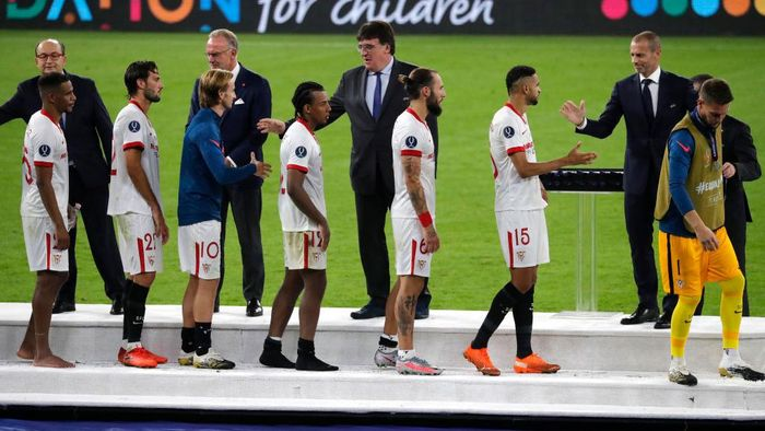 BUDAPEST, HUNGARY - SEPTEMBER 24: Players arrive for the trophy lift ceremony during the UEFA Super Cup match between FC Bayern Munich and FC Sevilla at Puskas Arena on September 24, 2020 in Budapest, Hungary. 20,000 fans have been allowed into the ground as COVID-19 restrictions ease. (Photo by Bernadett Szabo - Pool/Getty Images)
