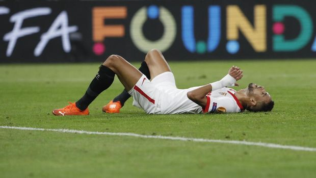 Sevilla's Youssef En-Nesyri reacts after missing a chance during the UEFA Super Cup soccer match between Bayern Munich and Sevilla at the Puskas Arena in Budapest, Hungary, Thursday, Sept. 24, 2020. (Bernadett Szabo/Pool via AP)