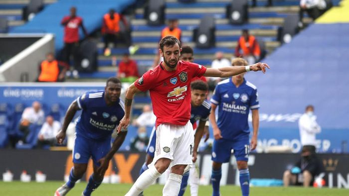 LEICESTER, ENGLAND - JULY 26: Bruno Fernandes of Manchester United scores the opening goal from the penalty spot during the Premier League match between Leicester City and Manchester United at The King Power Stadium on July 26, 2020 in Leicester, England.Football Stadiums around Europe remain empty due to the Coronavirus Pandemic as Government social distancing laws prohibit fans inside venues resulting in all fixtures being played behind closed doors. (Photo by Carl Recine/Pool via Getty Images)