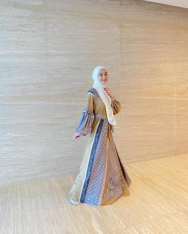Pashmina putih polos dengan gamis bermotif bisa menjadi perpaduan yang pas