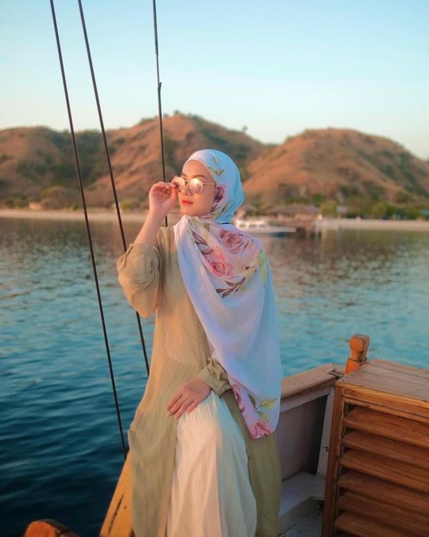6 Tips Cantik Pakai Pashmina Ala Dinda Hauw