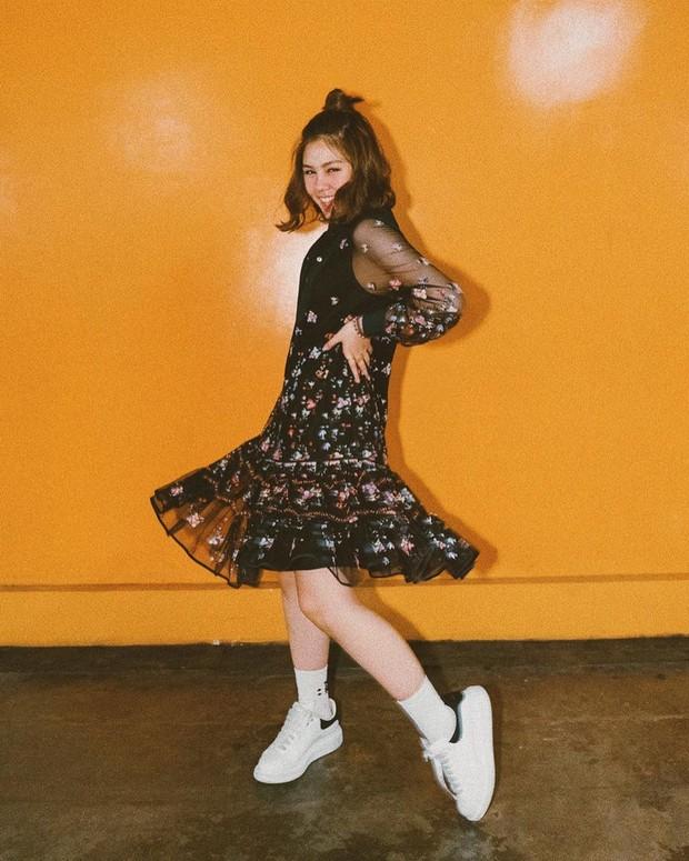 Dress lengan panjang bermotif juga pas untuk dipadankan dengan sneakers putih