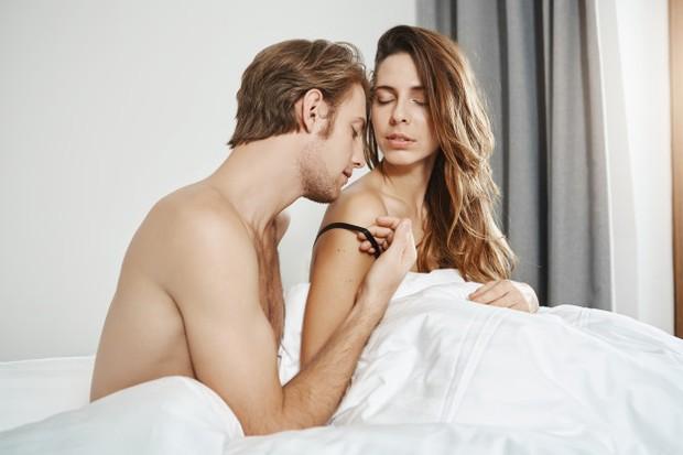 Ketika pasangan mulai mengelus bahumu, hal ini sama seperti memegang pinggul maupun bokongmu. Apalagi jika si dia mengelus sambil menciumi bahumu. Hal ini jelas menandakan bahwa pasanganmu sedang ingin bercinta denganmu.