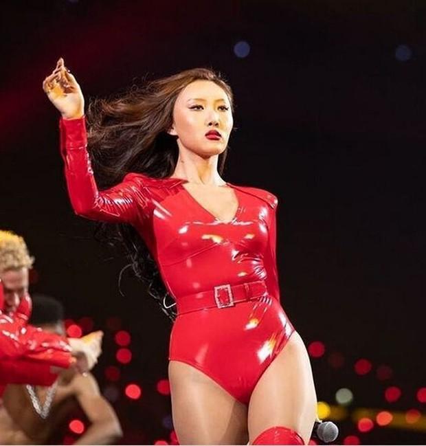 Mendapat banyak kritikan karena outfit merah yang dipakainya terlalu mengeskpos bagian badannya.