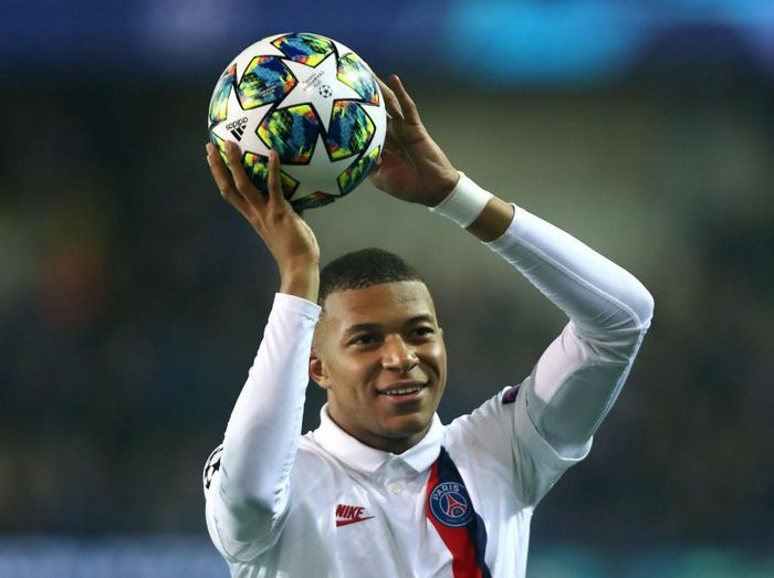 BRUGGE, BELGIUM - OCTOBER 22: Kylian Mbappe of PSG celebrates victory with the fans after the UEFA Champions League group A match between Club Brugge KV and Paris Saint-Germain at Jan Breydel Stadium on October 22, 2019 in Brugge, Belgium. (Photo by Dean Mouhtaropoulos/Getty Images)