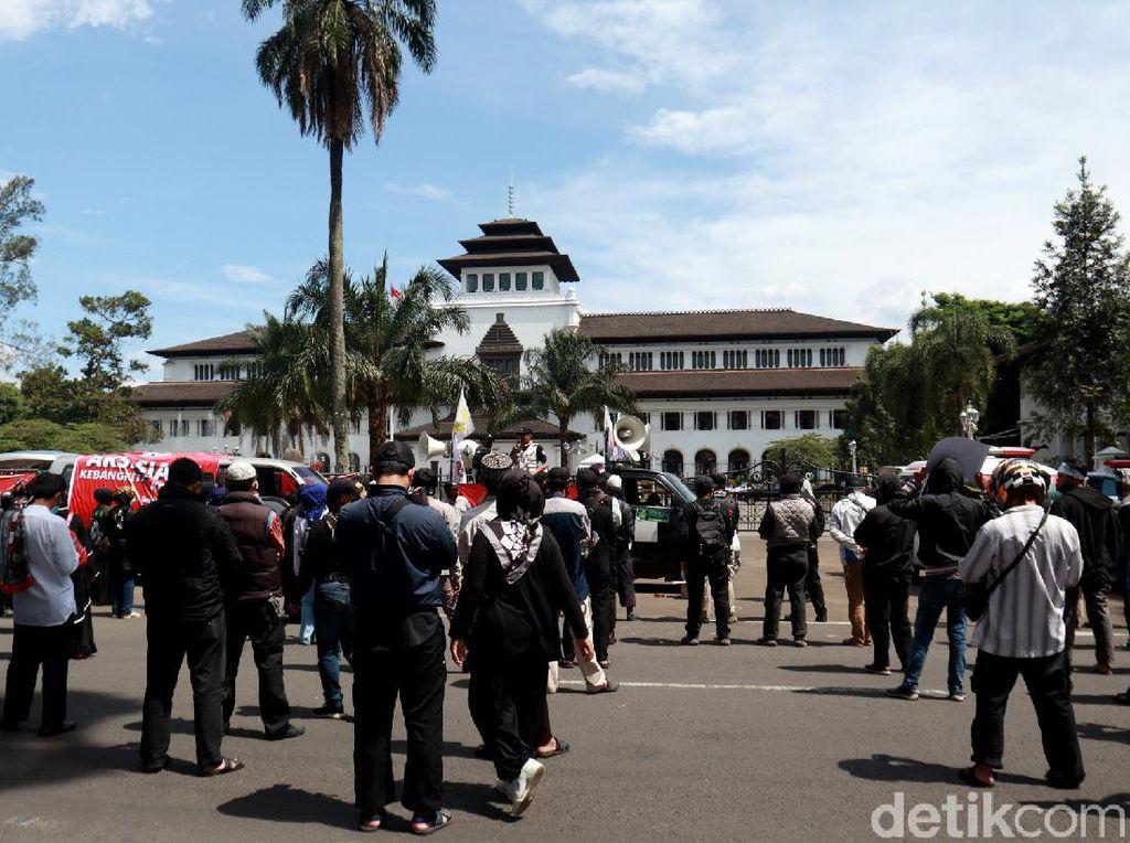 Ribuan Buruh Bergerak dari Cimahi ke Gedung Sate