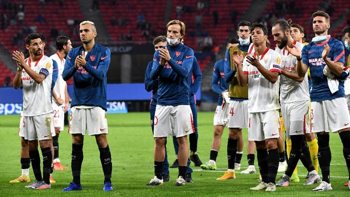 BUDAPEST, HUNGARY - SEPTEMBER 24: Players of FC Sevilla look dejected following their sides defeat in the UEFA Super Cup match between FC Bayern Munich and FC Sevilla at Puskas Arena on September 24, 2020 in Budapest, Hungary. 20,000 fans have been allowed into the ground as COVID-19 restrictions ease. (Photo by Tibor Ilyes - Pool/Getty Images)
