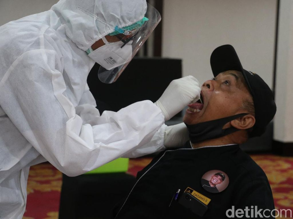 Video DPR Tekan Pemerintah Rumuskan Harga Tes PCR Murah
