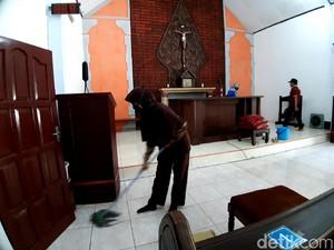 Indahnya Toleransi, Warga Semarang Gotong Royong Bersihkan Masjid-Kapel