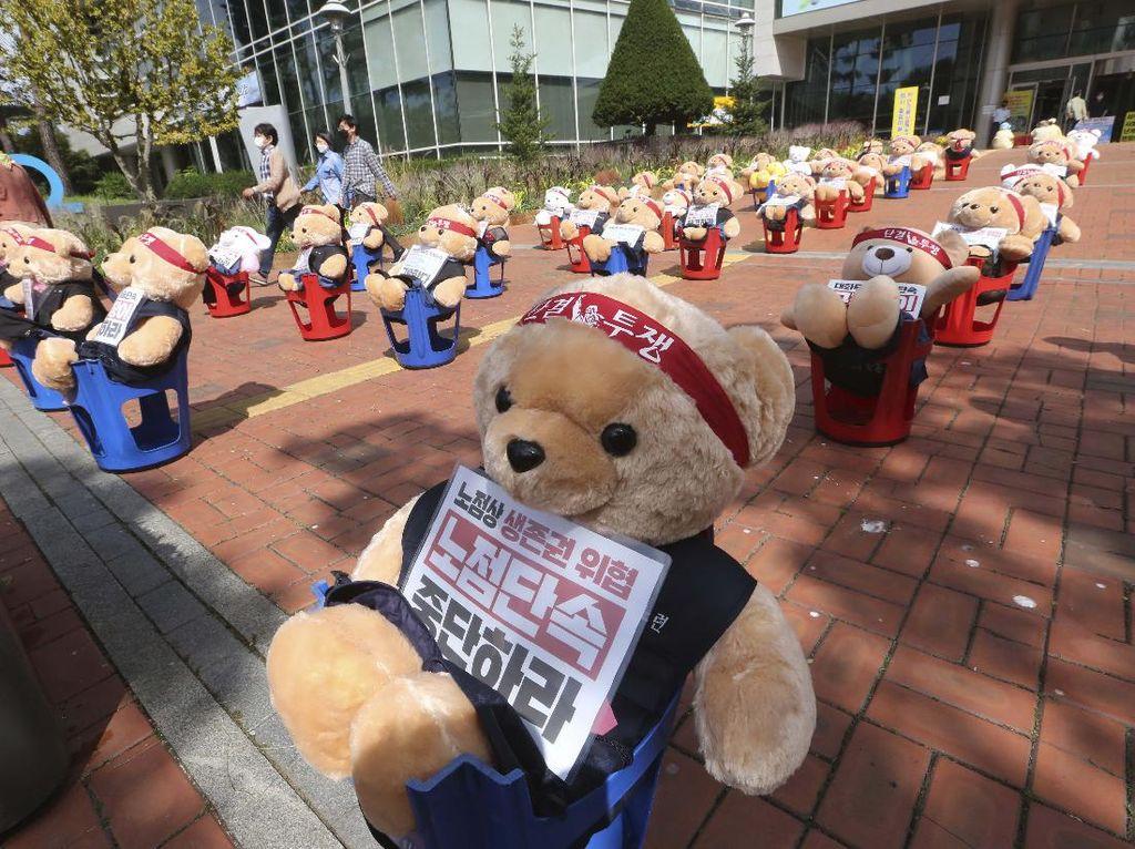 Wow! Boneka Beruang Ini Gantikan Peran Pendemo