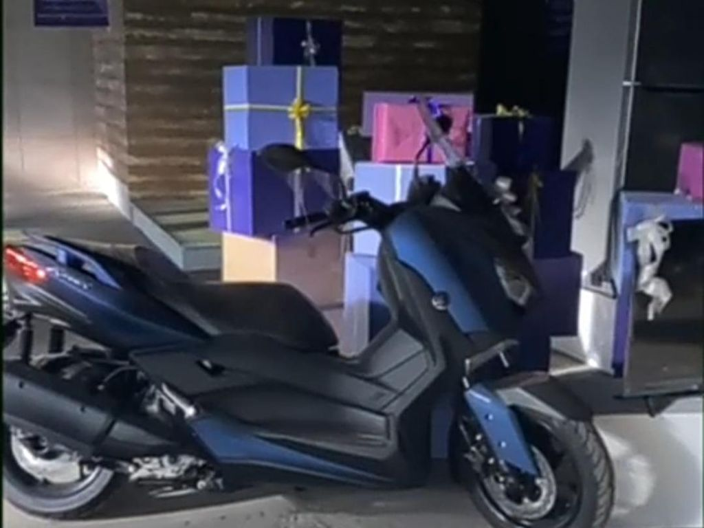 Viral Video Yamaha XMax - Brompton Mangkrak di Gudang, Ternyata...