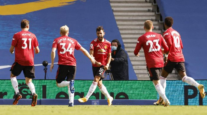 BRIGHTON, ENGLAND - SEPTEMBER 26: Bruno Fernandes of Manchester United celebrates with teammates after scoring his sides third goal during the Premier League match between Brighton & Hove Albion and Manchester United at American Express Community Stadium on September 26, 2020 in Brighton, England. Sporting stadiums around the UK remain under strict restrictions due to the Coronavirus Pandemic as Government social distancing laws prohibit fans inside venues resulting in games being played behind closed doors. (Photo by John Sibley - Pool/Getty Images)