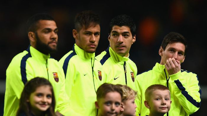 MANCHESTER, ENGLAND - FEBRUARY 24:  (L-R)  Daniel Alves, Lionel Messi, Luis Suarez and Neymar of Barcelona  line up during the UEFA Champions League Round of 16 match between Manchester City and Barcelona at Etihad Stadium on February 24, 2015 in Manchester, United Kingdom.  (Photo by Laurence Griffiths/Getty Images)