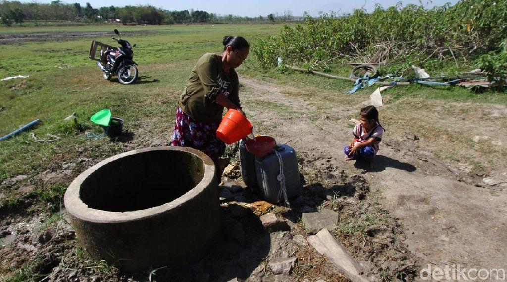 Kekeringan melanda Desa Kardenan, Grobogan, Jawa Tengah. Warga kini bergantung pada sumur tampungan di Waduk Butak.