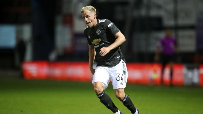 LUTON, ENGLAND - SEPTEMBER 22: Donny van de Beek of Manchester United runs with the ball during the Carabao Cup Third Round match between Luton Town and Manchester United at Kenilworth Road on September 22, 2020 in Luton, England. Sporting Stadiums around Europe remain empty due to the Coronavirus Pandemic as Government social distancing laws prohibit fans inside venues resulting in games being played behind closed doors (Photo by Nick Potts - Pool/Getty Images)