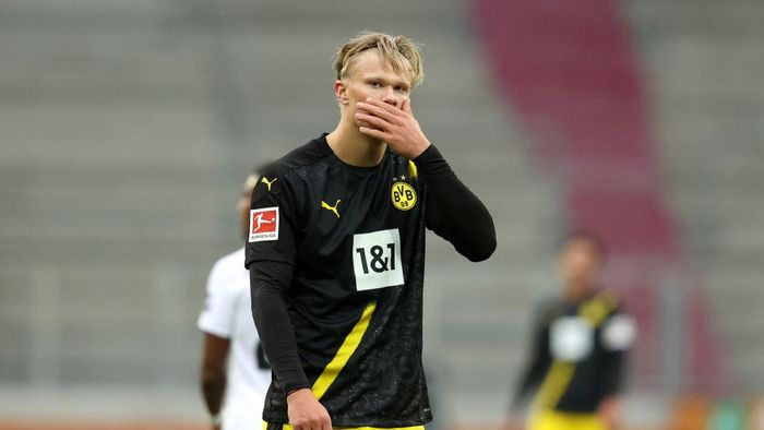 AUGSBURG, GERMANY - SEPTEMBER 26: Erling Haaland of Borussia Dortmund reacts during the Bundesliga match between FC Augsburg and Borussia Dortmund at WWK-Arena on September 26, 2020 in Augsburg, Germany. A limited number of fans have been let into the stadium as COVID-19 restrictions ease. (Photo by Alexander Hassenstein/Getty Images)