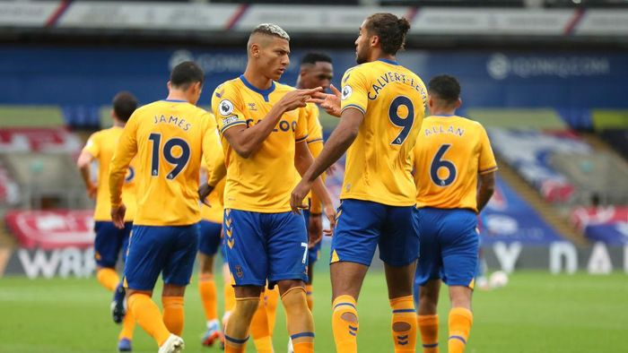 LONDON, ENGLAND - SEPTEMBER 26: Richarlison of Everton celebrates with teammate Dominic Calvert-Lewin after scoring his sides second goal during the Premier League match between Crystal Palace and Everton at Selhurst Park on September 26, 2020 in London, England. Sporting stadiums around the UK remain under strict restrictions due to the Coronavirus Pandemic as Government social distancing laws prohibit fans inside venues resulting in games being played behind closed doors. (Photo by Bradley Collyer - Pool/Getty Images)