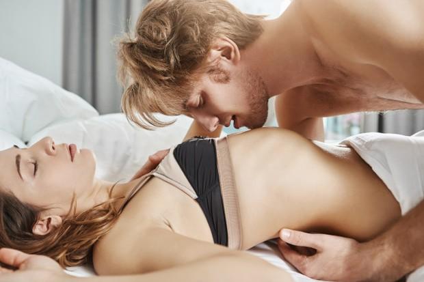 Umumnya titik g-spot berada enggak jauh dari bibir vagina, sekitar satu ruas jari di atas langit-langit vagina dengan permukaan yang kasar dan hanya selebar koin. Ketika merasakan orgasme g-spot, kamu akan merasakan sensasi ingin buang air kecil yang mendesak.