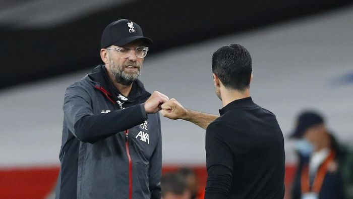LONDON, ENGLAND - JULY 15: Jurgen Klopp, Manager of Liverpool interacts with Mikel Arteta, Manager of Arsenal following the Premier League match between Arsenal FC and Liverpool FC at Emirates Stadium on July 15, 2020 in London, England. Football Stadiums around Europe remain empty due to the Coronavirus Pandemic as Government social distancing laws prohibit fans inside venues resulting in all fixtures being played behind closed doors. (Photo by Paul Childs/Pool via Getty Images)