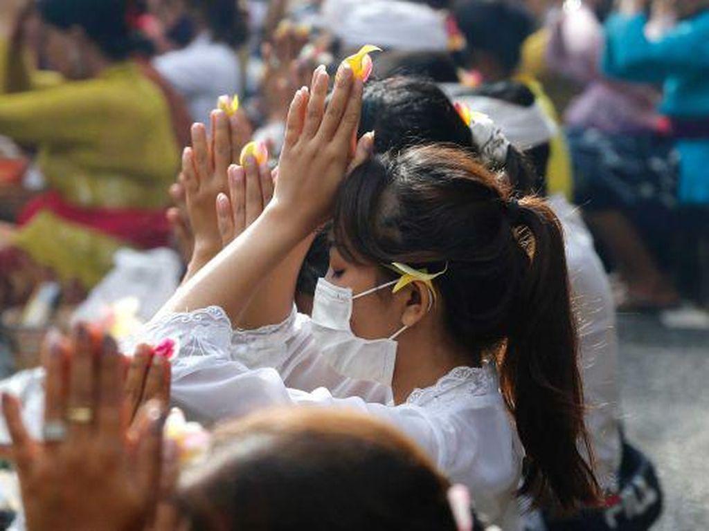 Wabah Virus Corona Bikin Komang Gayatri Jualan Dupa di Jalanan
