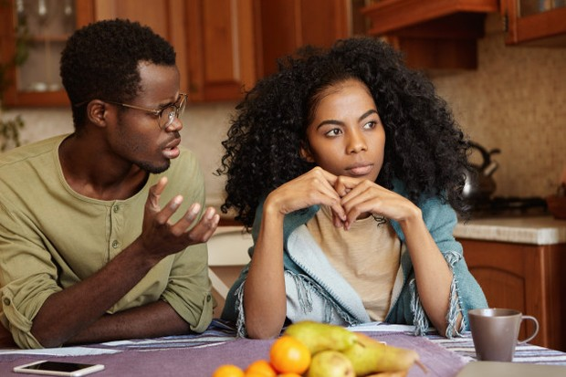 Saat bertengkar dengan pasangan, pasti salah satu dari mereka pernah mendiamkan pasangannya begitu aja.