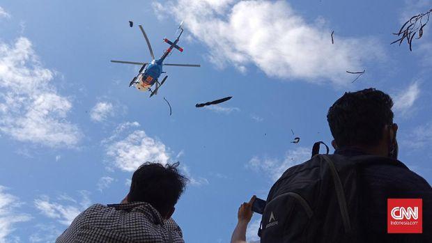 Polisi menggunakan helikopter bubarkan massa aksi yang menggelar demo di depan Mapolda Sultra. (Fandi)