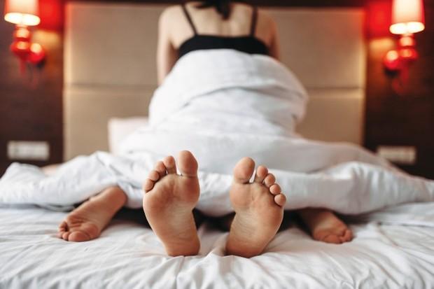 Selain itu, sebagian besar pria juga lebih suka mengatur tentang bagaimana posisi hubungan seks yang ingin dilakukan.