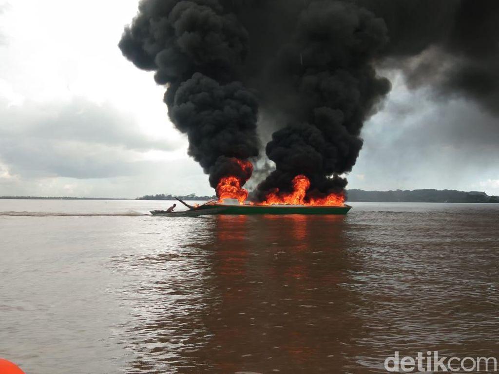 Diduga Korsleting Listrik, Sebuah Perahu Dompeng di Kaltim Terbakar