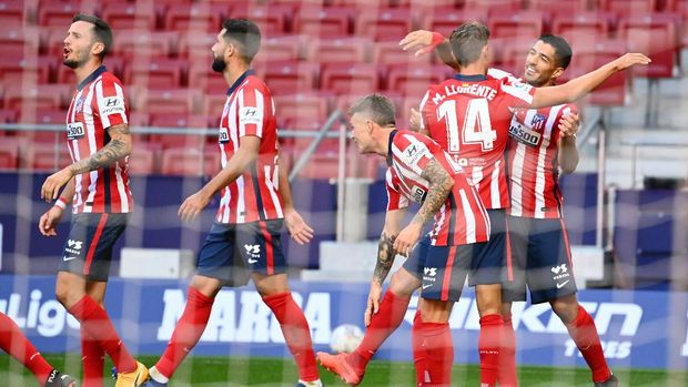 Atletico Madrid's Uruguayan forward Luis Suarez (R) celebrates with teammates after scoring during the Spanish league football match Club Atletico de Madrid  against Granada FC at at the Wanda Metropolitano stadium in Madrid on September 27, 2020. (Photo by GABRIEL BOUYS / AFP)