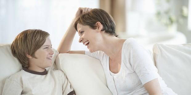 Ibu yang tengah mengobrol dengan anaknya