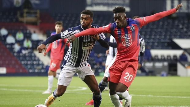 Chelsea's Callum Hudson-Odoi, right, and West Bromwich Albion's Darnell Furlong challenge for the ball during the English Premier League soccer match between West Bromwich Albion and Chelsea at the Hawthorns in West Bromwich, England, Sunday, Sept. 26, 2020. (Nick Potts/Pool via AP)