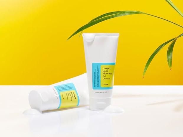 Cosrx Low-pH Good Morning Cleanser merupakan sabun cuci muka Korea yang cocok untuk semua jenis kulit, terutama kulit sensitif dan kulit kering