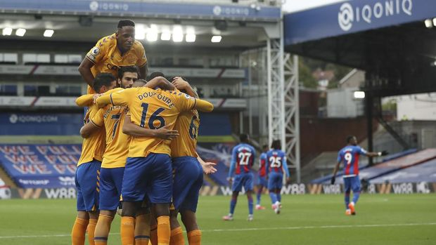Everton players celebrate a goal against Crystal Palace during the English Premier League soccer match between Crystal Palace and Everton, at Selhurst Park, London, Saturday, Sept. 26, 2020. (Bradley Collyer/Pool via AP)