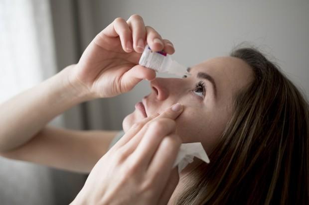 Sebelum melakukan makeup lebih baik teteskan obat mata setidaknya 30 menit sebelumnya.