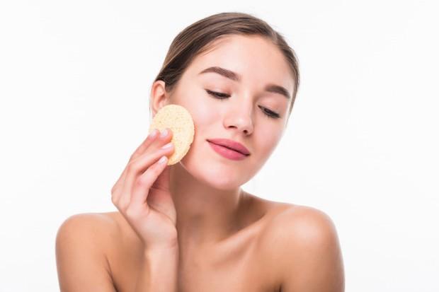 Gunakan pembersih yang lembut atau micellar water untuk menghilangkan semua sisa riasan mata
