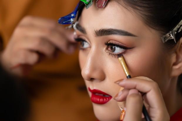 saat ini coba kamu aplikasikan eyeliner di sebelah garis bulu mata daripada waterline dikarenakan untuk menghindari iritasi mata,