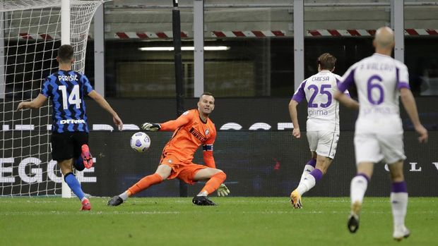 Fiorentina's Federico Chiesa, second right, scores his side's third goal during the Serie A soccer match between Inter Milan and Fiorentina at the San Siro stadium in Milan, Italy, Saturday, Sept. 26, 2020. (AP Photo/Luca Bruno)
