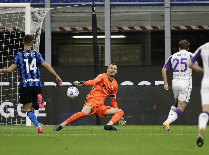 Fiorentinas Federico Chiesa, second right, scores his sides third goal during the Serie A soccer match between Inter Milan and Fiorentina at the San Siro stadium in Milan, Italy, Saturday, Sept. 26, 2020. (AP Photo/Luca Bruno)