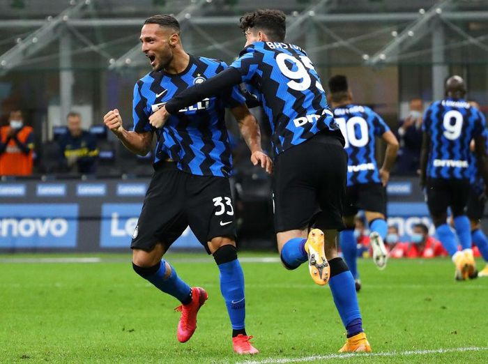 MILAN, ITALY - SEPTEMBER 26:  Danilo D Ambrosio (L) of FC Internazionale celebrates his goal with his team-mate Alessandro Bastoni (R) during the Serie A match between FC Internazionale and ACF Fiorentina at Stadio Giuseppe Meazza on September 26, 2020 in Milan, Italy.  (Photo by Marco Luzzani/Getty Images)