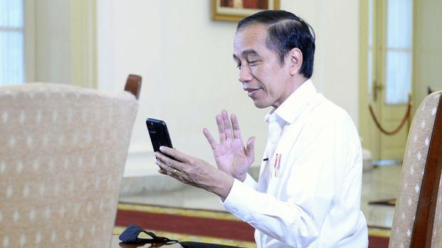 Presiden Joko Widodo berbincang dengan perawat ICU melalui sambungan video call, Jakarta, 27 September 2020.
