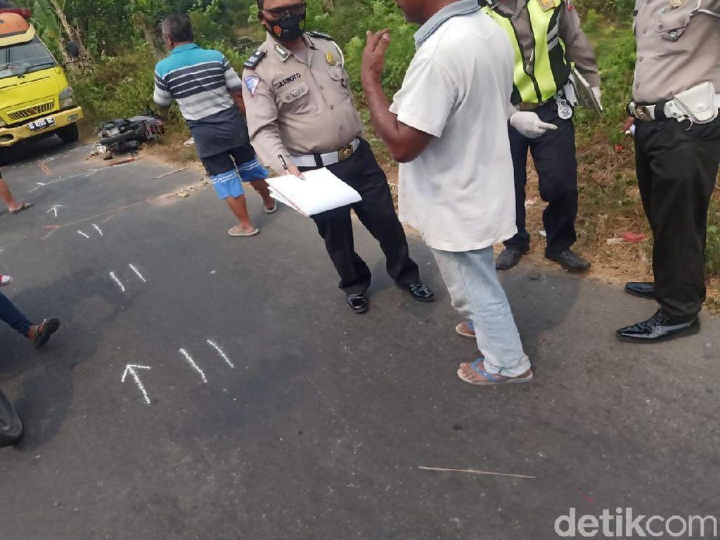 Emak-emak Nekat Boncengan 4 Tabrak Truk di Jombang, 2 Korban Tewas