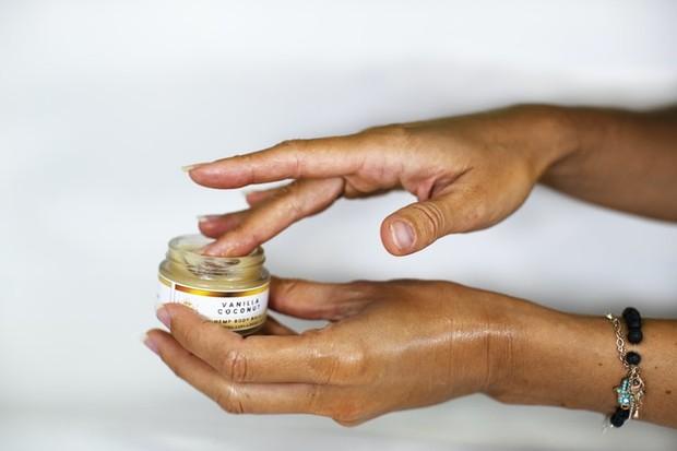 enggak bisa kita sangkal kalau minyak kelapa memiliki manfaat untuk mempercepat penyembuhan kulit kering akibat matahari