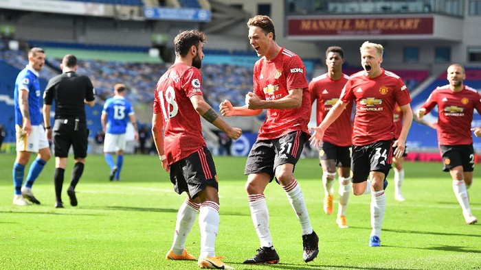 BRIGHTON, ENGLAND - SEPTEMBER 26: Bruno Fernandes of Manchester United celebrates with teammates after scoring his sides third goal during the Premier League match between Brighton & Hove Albion and Manchester United at American Express Community Stadium on September 26, 2020 in Brighton, England. Sporting stadiums around the UK remain under strict restrictions due to the Coronavirus Pandemic as Government social distancing laws prohibit fans inside venues resulting in games being played behind closed doors. (Photo by Glyn Kirk - Pool/Getty Images)