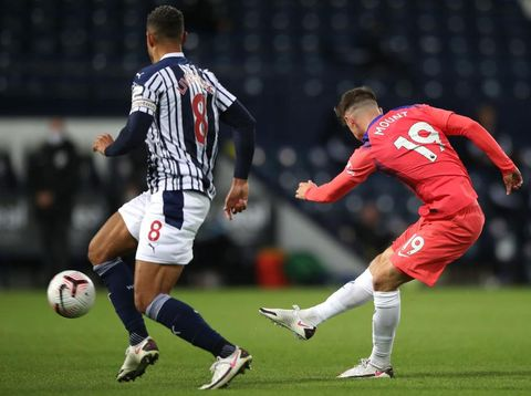 WEST BROMWICH, ENGLAND - SEPTEMBER 26: Mason Mount of Chelsea scores his sides first goal during the Premier League match between West Bromwich Albion and Chelsea at The Hawthorns on September 26, 2020 in West Bromwich, England. Sporting stadiums around the UK remain under strict restrictions due to the Coronavirus Pandemic as Government social distancing laws prohibit fans inside venues resulting in games being played behind closed doors. (Photo by Nick Potts - Pool/Getty Images)