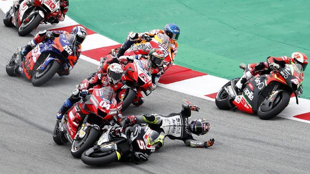 MotoGP rider Johann Zarco of France, 2nd right, looses control of his bike and crashes into championship leader Andrea Dovizioso of Italy during the Catalunya Motorcycle Grand Prix at the Barcelona Catalunya racetrack in Montmelo, near Barcelona, Spain, Sunday, Sept. 27, 2020. (AP Photo/Joan Monfort)