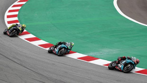 MotoGP rider Fabio Quartararo of France, right, leads Franco Morbidelli of Italy and Valentino Rossi of Italy, left, during the Catalunya Motorcycle Grand Prix at the Barcelona Catalunya racetrack in Montmelo, near Barcelona, Spain, Sunday, Sept. 27, 2020. (AP Photo/Joan Monfort)