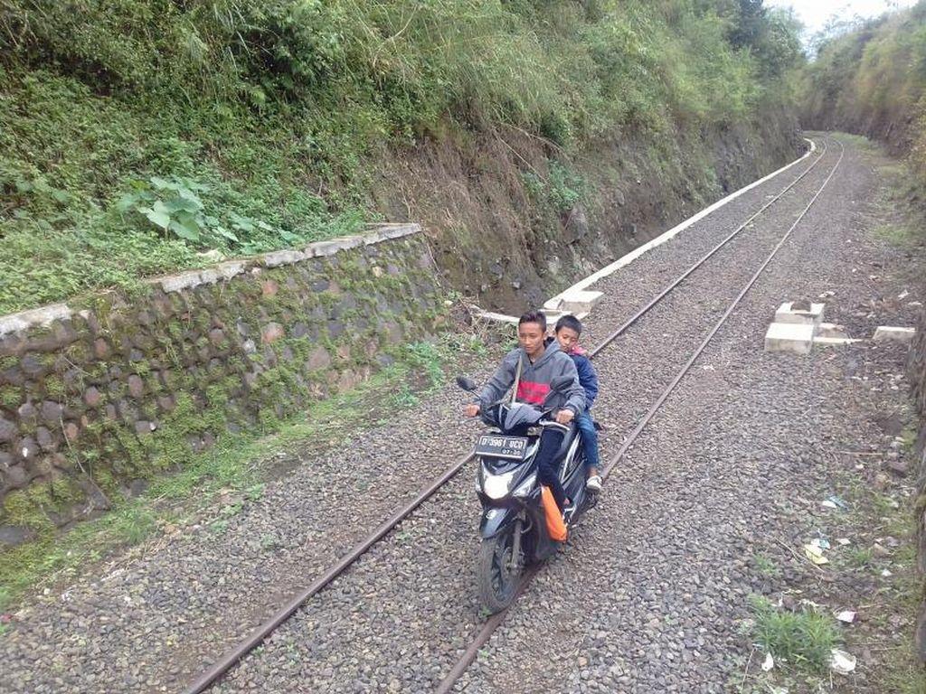 Cuma di Indonesia, Ada Sepeda Motor Jalan di Rel Kereta